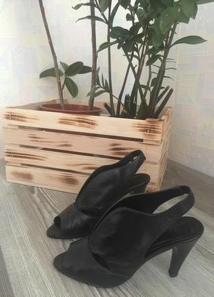 Натуральная кожа. чёрные туфли на каблуке. размер 37. 5th avenue.