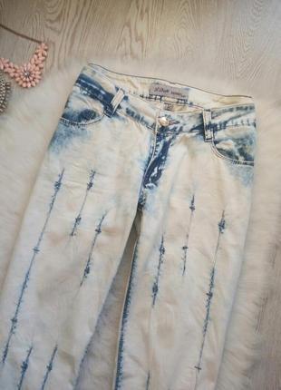 Белые с голубыми полосками прямые джинсы со стразами камнями на карманах