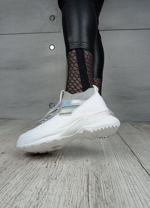 Кроссовки с серебристой вставкой