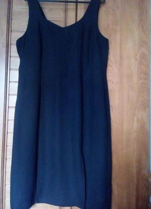 Чорне плаття з розрізом можна носити і як сарафан