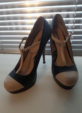 Туфлі на каблуку, сандалі