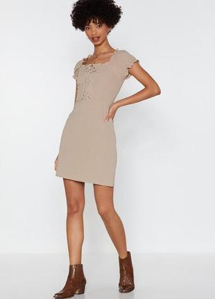 Nasty gal платье бежевое хлопковое по фигуре с переплетом на груди шнуровка