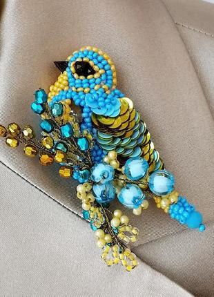 Красивая голубая брошь птица ручной работы