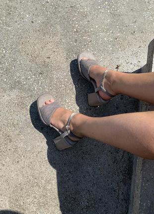 Босоножки серые на толстом устойчивом каблуке с квадратным мысом sophie