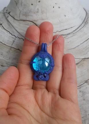 Маленький синий кулон со вставкой голубого цвета стекла на цепочке. кулон в стиле бохо