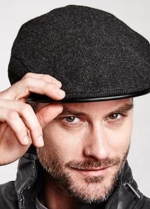 Стильная мужская кепка от известного европейского бренда. сток.