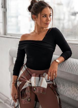 Женская кофта со спущенный плечом