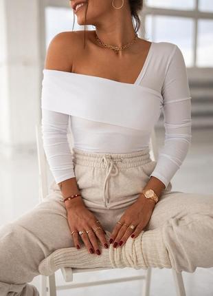 Женская кофта со спущенным плечом