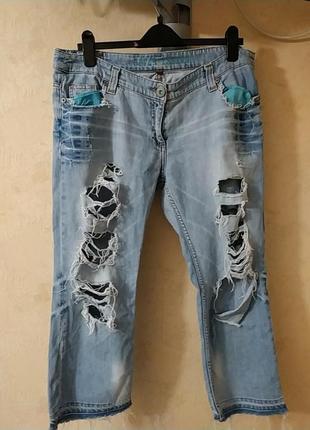 Стильные брендовые  рваные светлые укороченные потёртые  джинсы  бриджи джинсовые