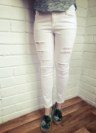 Узкие белые джинсы скинни с прорезями