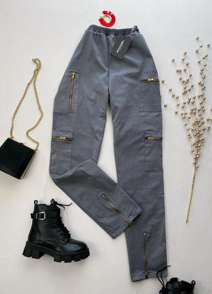 Серые штаны карго с карманами prettylittlething