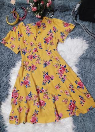 Желтое платье в цветах