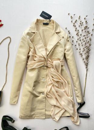 Бежевое атласное платье пиджак с шифоновым плясом prettylittlething