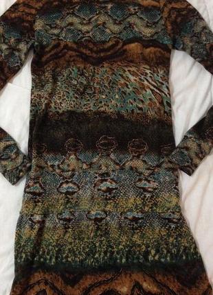 Тёпленькое платье,с красивой брошкой на воротничке-стоечке,размер m-l
