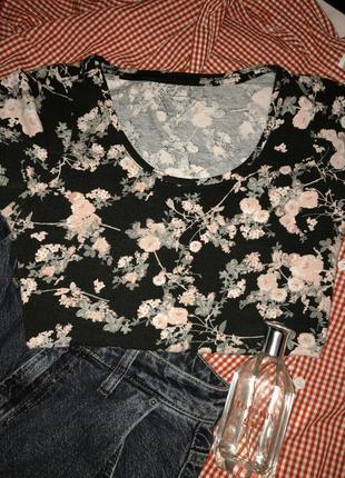 Безумно красивая футболка с цветочным принтом
