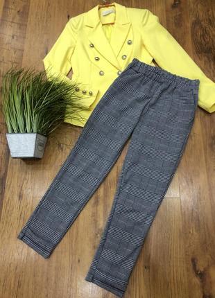Серые прямые штаны брюки в клетку