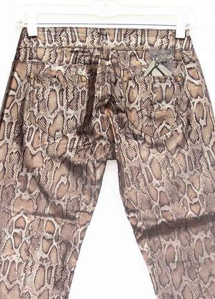 Новинка. классные брюки джинсы, змеиный принт. новые, все р-ры 25-305 фото
