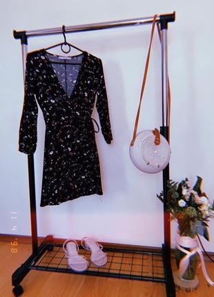 Очень стильное короткое платье на запах в цветочек от pull and bear