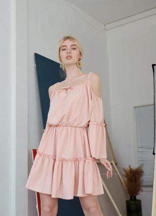 Платье а открытыми плечами