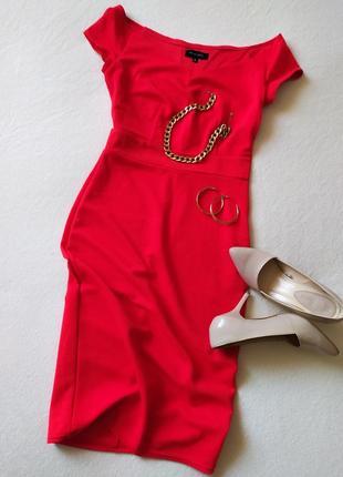 Силуэтное платье алого цвета
