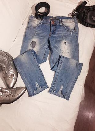 Стильные джинсы с необработанным низом , с рваным краем скини skinny с необычными краями