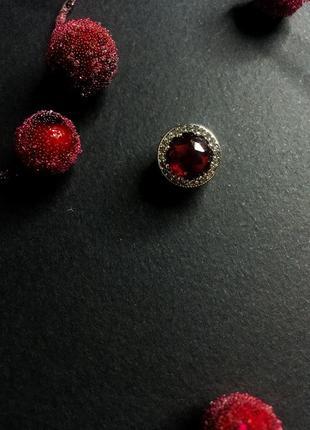 Шарм на браслет круглый большой красный камень пандора серебро проба 925