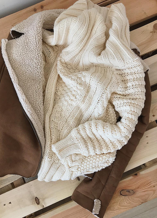 Теплый вязаный шерстяной свитер объемный на плечи