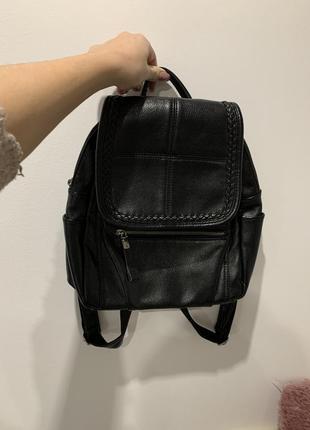 Чёрный вместительный рюкзак под кожу среднего размера