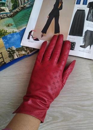 Красные тонкие кожаные перчатки