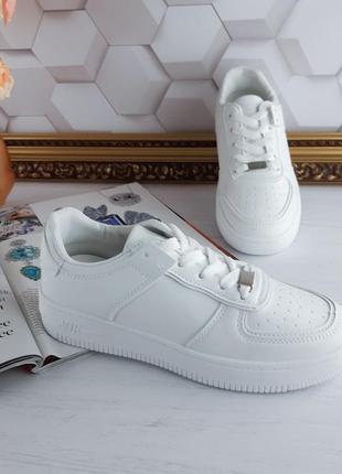 Белые кроссовки форсы