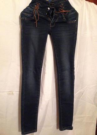 Теплые зимние узкие джинсы с высокой посадкой.
