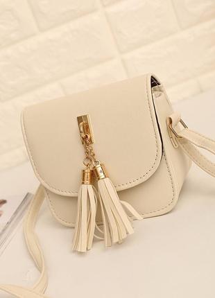 Маленькая сумочка с кисточками и ремешком через плечо