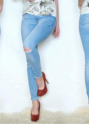 Рваные джинсы с вырезом на колене bershka