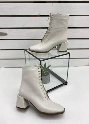 Ботильоны ботинки демисезонные кожаные на каблуке молочные на высокой шнуровке