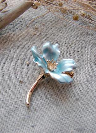 Элегантная маленькая брошь голубой цветок с эмалью брошка с цветком. цвет голубой золото