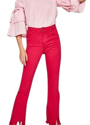 Яркие джинсы укороченного фасона на высокой посадке