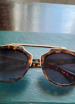 Модные солнцезащитные  очки в леопардовой оправе
