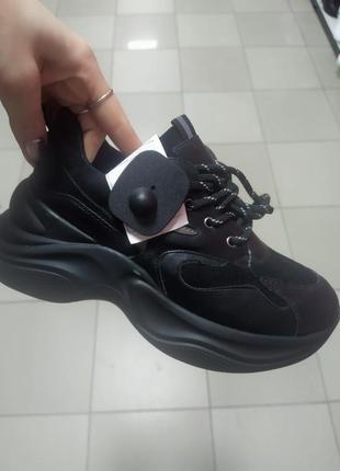 Стильные весенние кроссовки