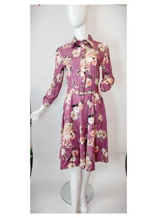 Длинное цветочно платье с воротничком на пуговицах  с цветочным рисунком.