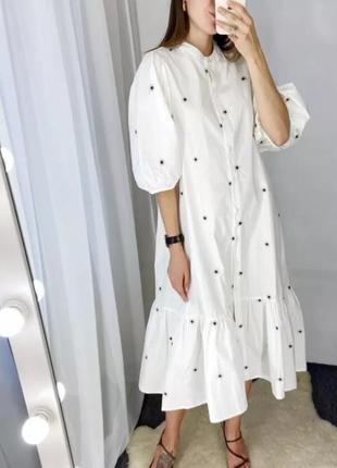 Белое летнее хлопковое платье с фактурной вышивкой в горох