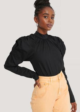 Новая кофточка блуза с акцентными плечами na-kd