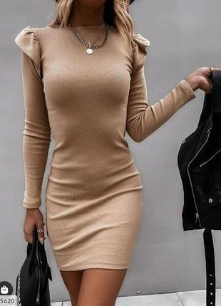 Трикотажне плаття з воланам на плечах