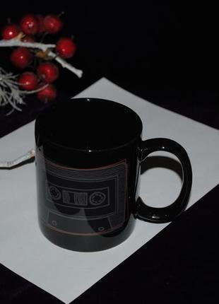 Чашка черная 350 мл рисунок магнитофонная кассета ретро мужская