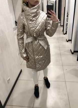 Стёганое демисезонное пальто с поясом. mohito. размеры уточняйте.