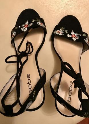Новые замшевые туфельки/босоножки с вышивкой bebe