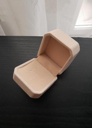 Бархатная коробочка для кольца бежевая предложение