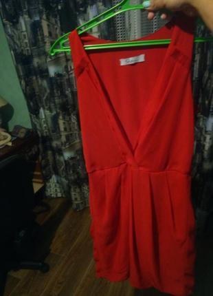 Суперовое красное платье с глубоким декольте ..seam