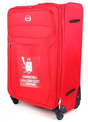 Большой чемодан,идеально красный на 4 колесах.