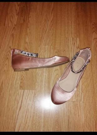 Балетки туфли пудровые на девочку атласные нарядные с камнями