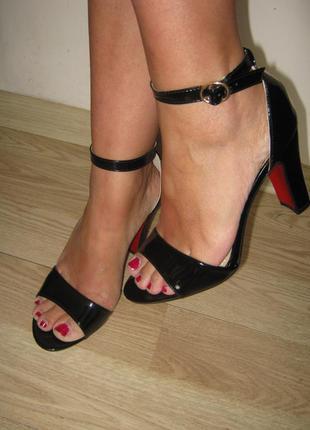 Черные лаковые босоножки с закрытой пяткой на невысоком каблуке.35,36,37,40